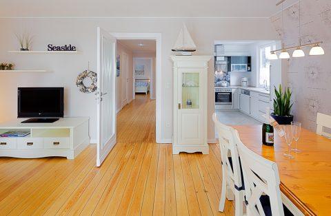 Wohnzimmer mit Esstisch und Flach-TV