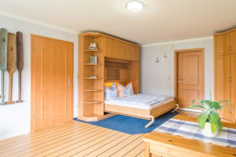 großer Wohn-/Schlafraum mit Doppelbett