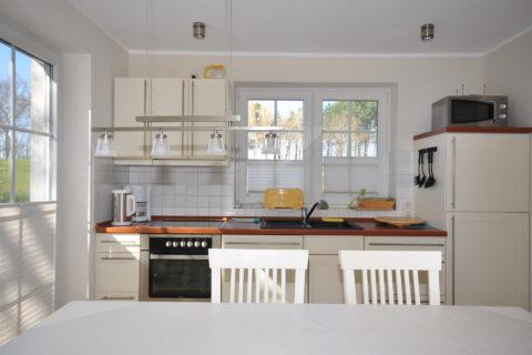 moderne Einbauküche mit Esstisch