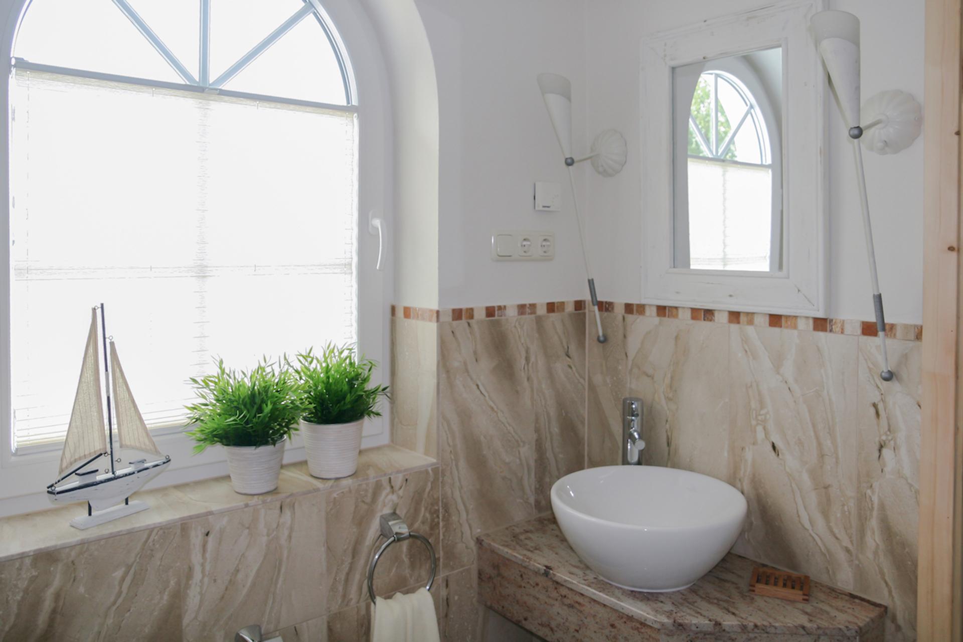 Naturstein-Bad im Obergeschoß mit Sauna